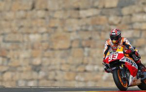 A Márquez no le vale con la pole, también rompe el récord de Aragón