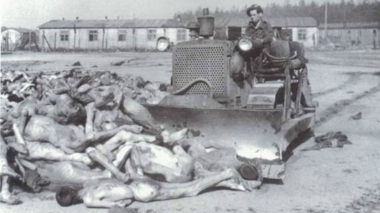 Pala moviendo cadáveres, en Auschwitz-Birkenau.