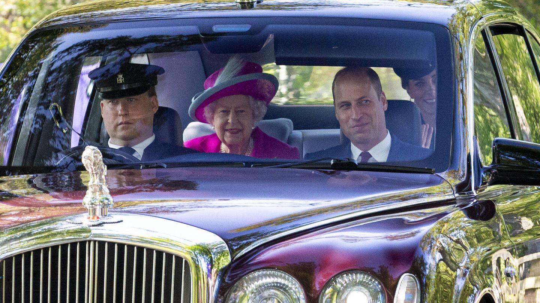 El príncipe Guillermo junto a su abuela en Balmoral. (Getty)