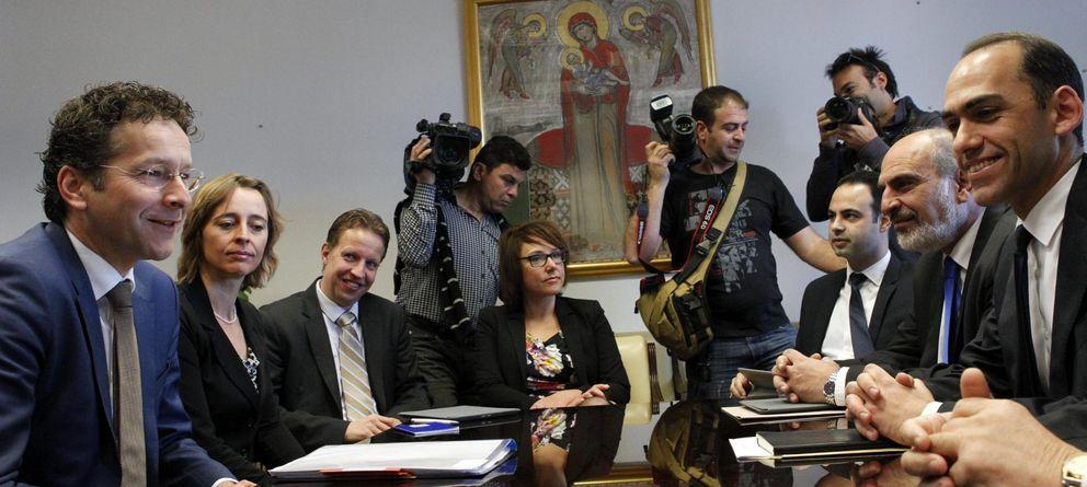 Foto: El ministro chipriota de Finanzas, H. Georgiades (2ºdcha), y el presidente del Eurogrupo, Jeroen Dijsselbloem (izda), se reúnen en el Ministerio de Finanzas en