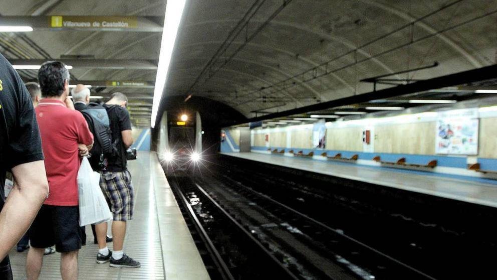 Muere un hombre arrollado por el metro en Valencia mientras hablaba por el móvil