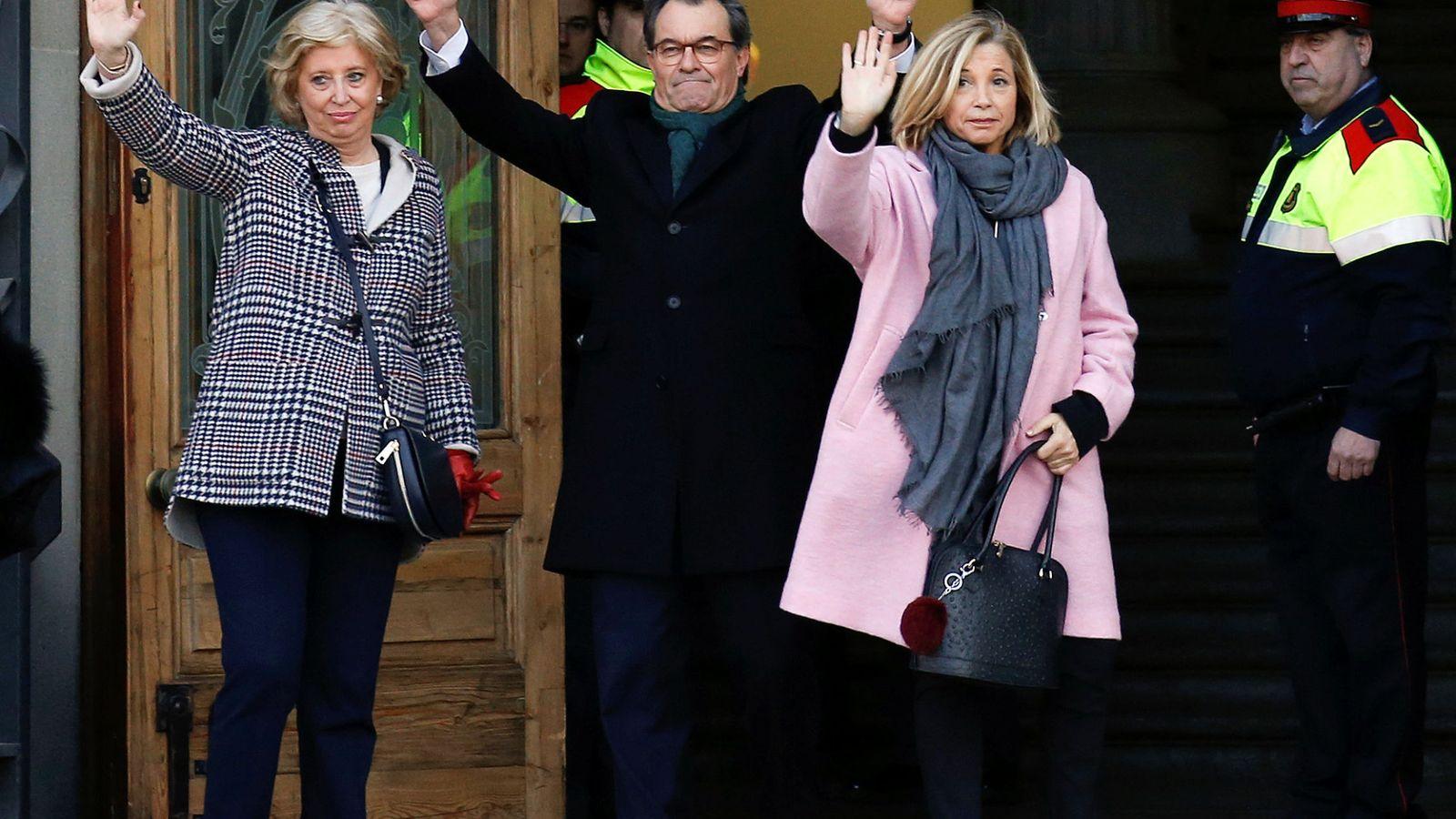 Foto: Artur Mas con Joana Ortega e Irene Rigau a su entrada al juicio. (Reuters)
