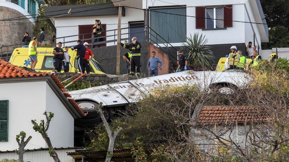 Foto: Un grupo de rescate inspecciona el sitio del accidente. (EFE)