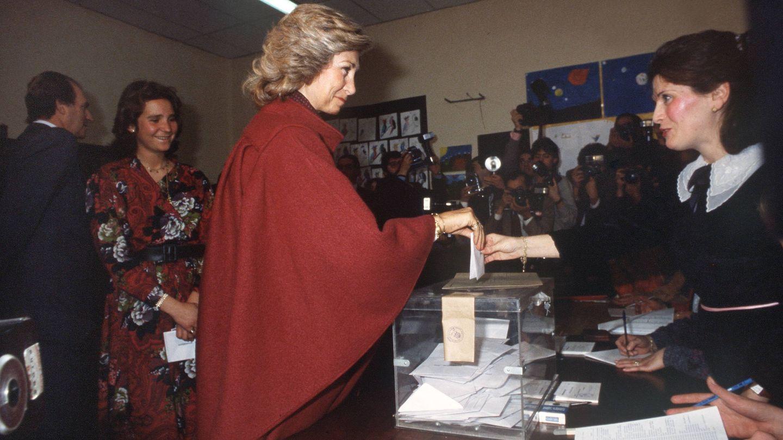 La reina Sofía, votando en el referéndum sobre la permanencia de España en la OTAN, en 1986. Detrás, la infanta Elena y el Rey. (EFE)