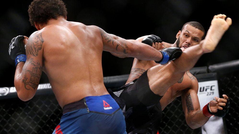 Foto: El brasileño Thiago Santos (d) venció por KO al estadounidense Eryk Anders en Sao Paulo (Brasil). (Reuters)