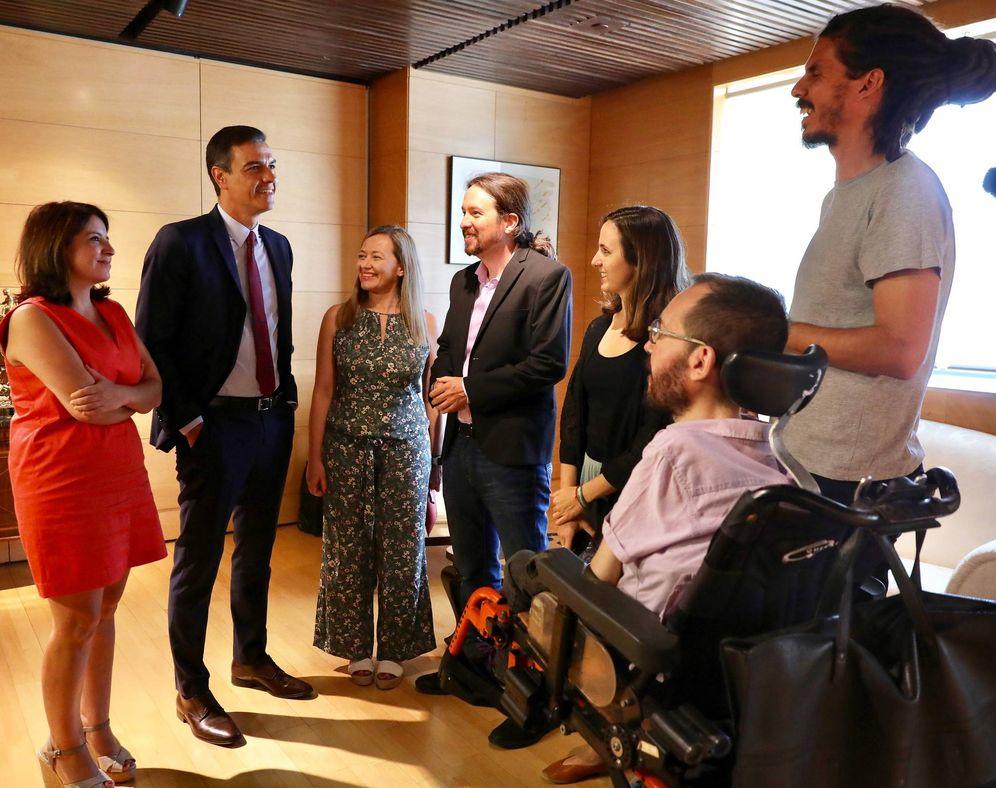 Foto: Pedro Sánchez, Pablo Iglesias y parte de sus respectivas direcciones, el pasado 9 de julio en el Congreso. (Inma Mesa | PSOE)