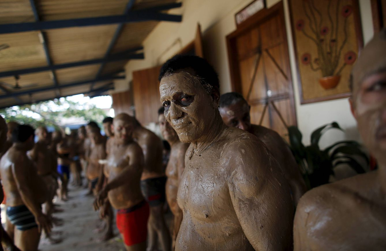 Foto: Un preso, Roque Pereira, durante una sesión terapéutica, en una prisión de Porto Velho, en el estado de Rondonia. (Reuters)