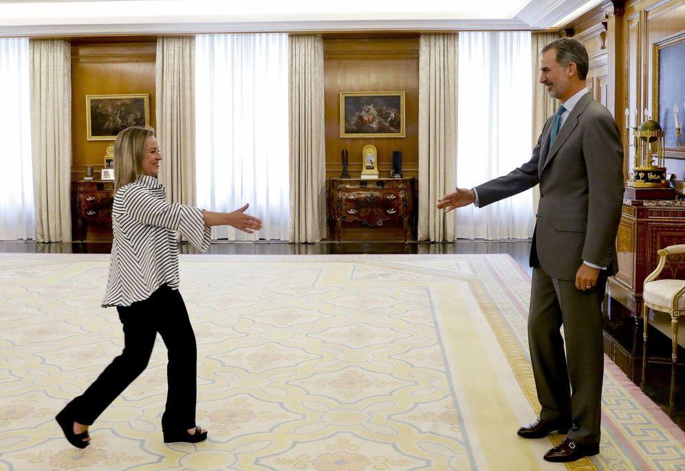Foto: El rey Felipe VI recibe a la portavoz de CC, Ana Oramas, este 5 de junio en la Zarzuela. (EFE)