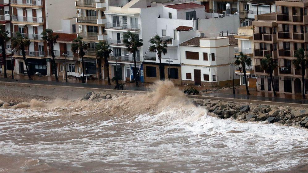 Foto: Oleaje contra edificios en Xàbia (Jávea) por el temporal Gloria tras 'devorar' la playa. (EFE)