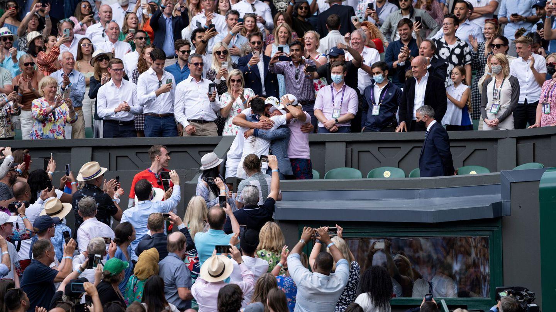 Novak Djokovic celebra con su equipo la victoria en la final de Wimbledon (11 de julio de 2021). (REUTERS)