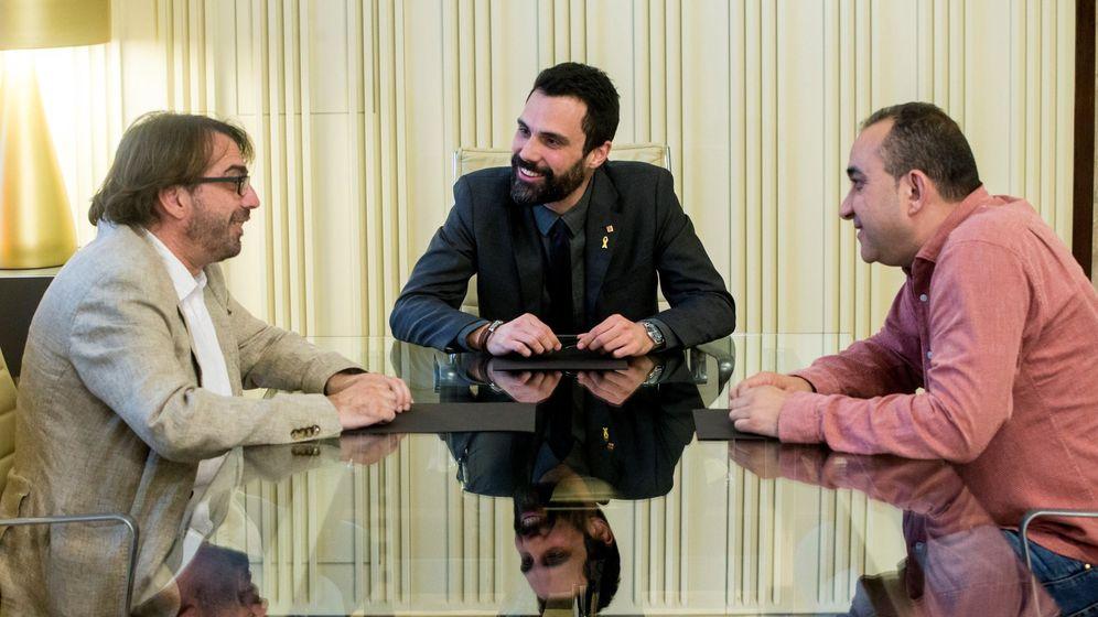 Foto: El presidente del Parlament de Cataluña, Roger Torrent (c), durante la reunión mantenida esta tarde con los secretarios generales de CCOO de Cataluña, Javier Pacheco (d) y de la UGT de Cataluña, Camil Ros (i). (EFE)