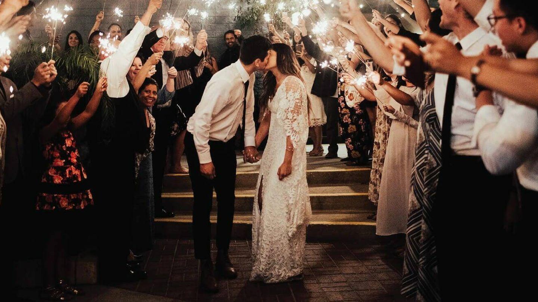 Pareja de novios en su boda. (Fotografía de Grace Love Lace)
