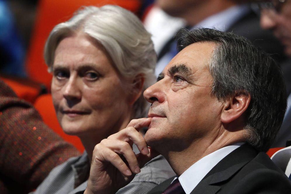 Foto: François Fillon y su mujer, Penelope, durante un acto de campaña de los conservadores franceses, en París, el 18 de noviembre de 2016 (Reuters).