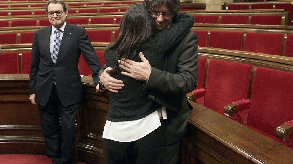Foto: Carles Puigdemont y su pareja. Al fondo, Artur Mas. (EFE)