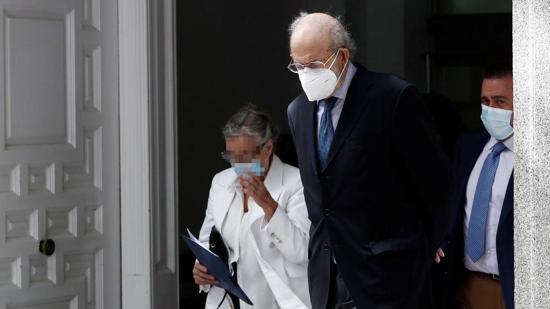 El magistrado Fernando Valdés, investigado por maltrato a su mujer, fotografiado a su salida del TC. (EFE)