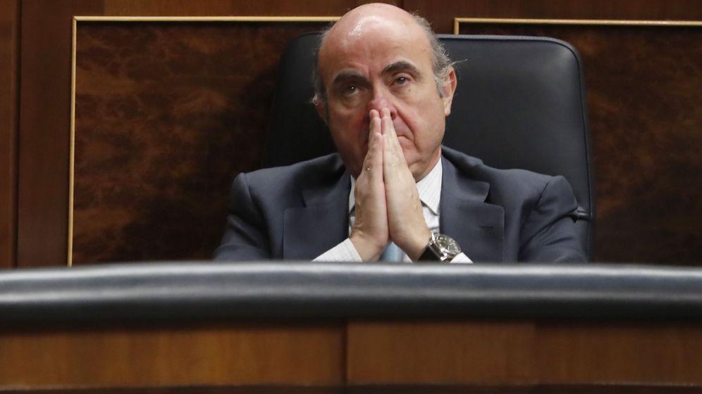 Foto: El ministro de Economía, Luis de Guindos, durante una sesión de control al Gobierno. (EFE)