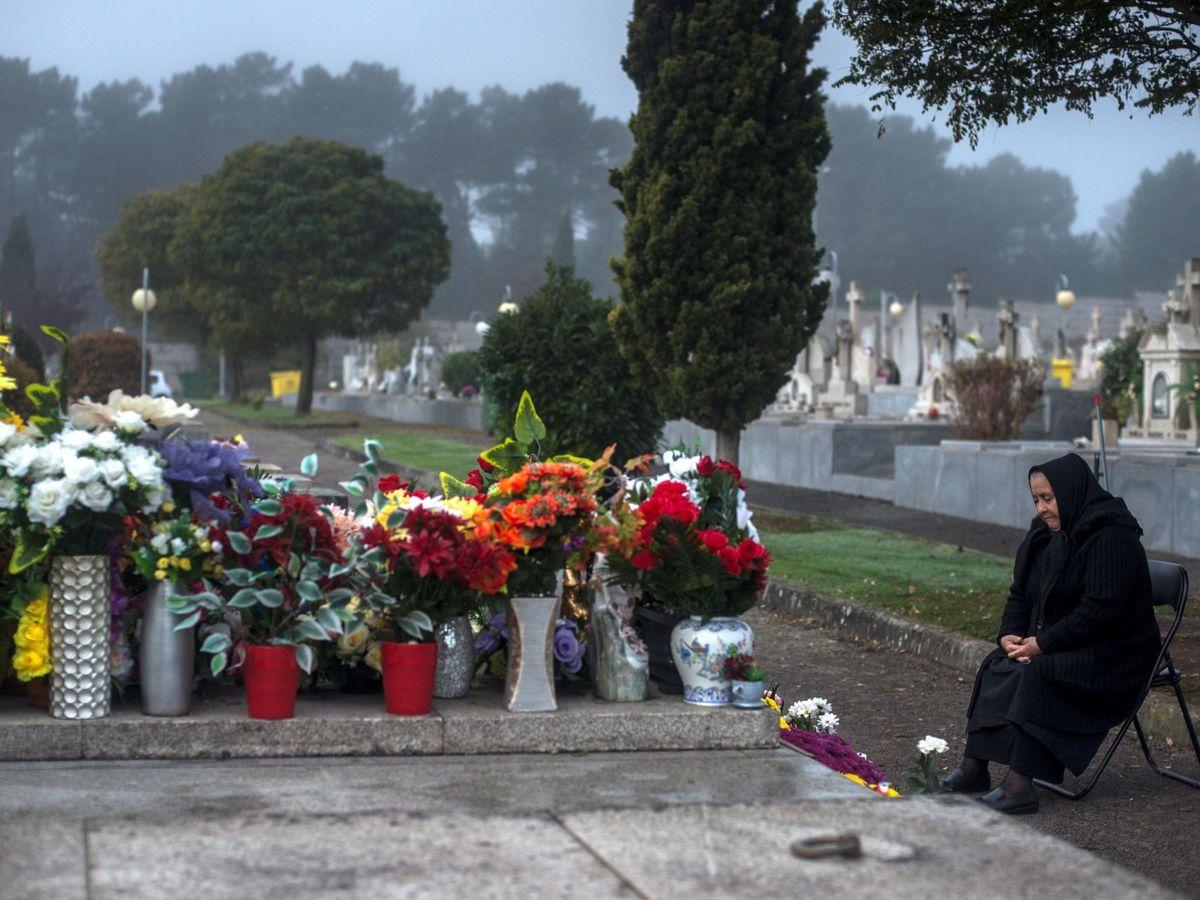 Foto: Mujer ante una tumba en un cementerio. (EFE)