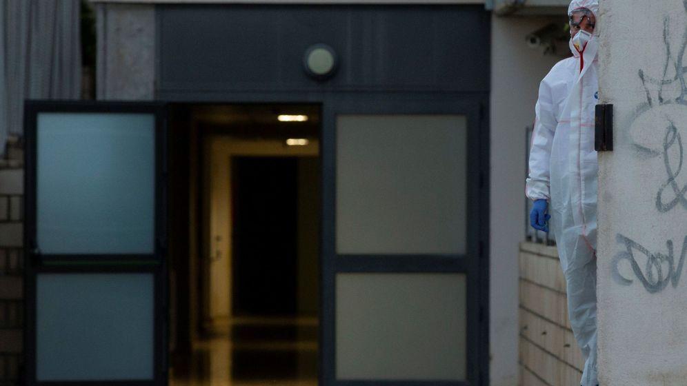 Foto: Personal sanitario en la residencia geriátrica Santa Oliva, en Barcelona. (EFE)