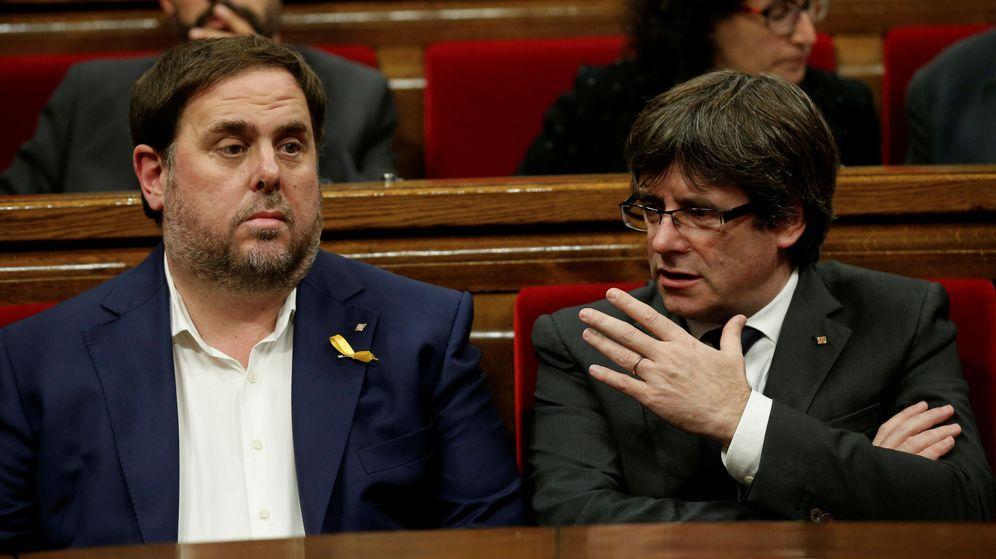 Foto: Foto de archivo de Oriol Junqueras y Carles Puigdemont en el Parlament. (Reuters)