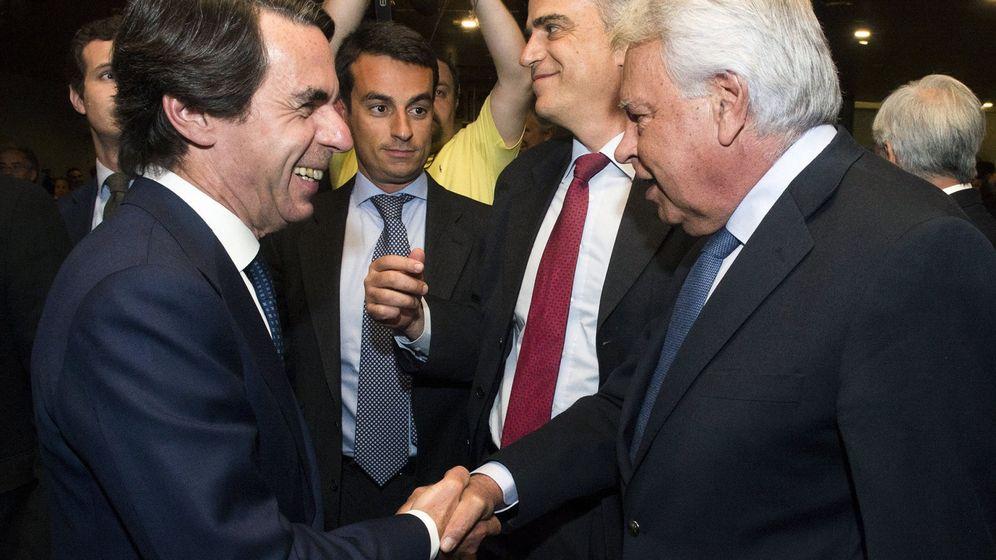 Foto: Los expresidentes del Gobierno José María Aznar y Felipe González. (EFE)