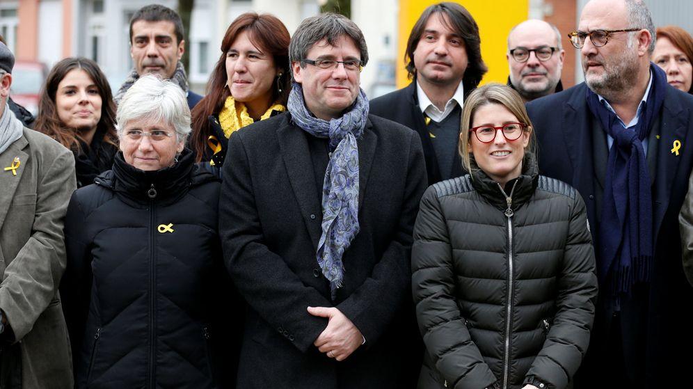 Foto: Carles Puigdemont con los diputados que le han visitado. (Reuters)