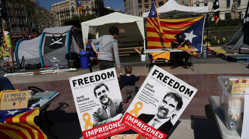Foto: Carteles solicitando la libertad de los Jordis. (EFE)