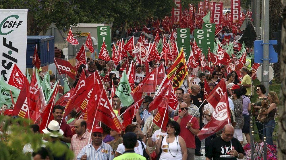 Foto: Un momento de la manifestación convocada conjuntamente por los sindicatos CC.OO., UGT y CSIF para protestar contra las medidas de ajuste del Gobierno. (EFE)