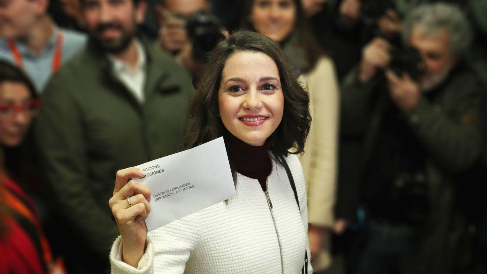 Foto: Inés Arrimadas durante la votación. (EFE)