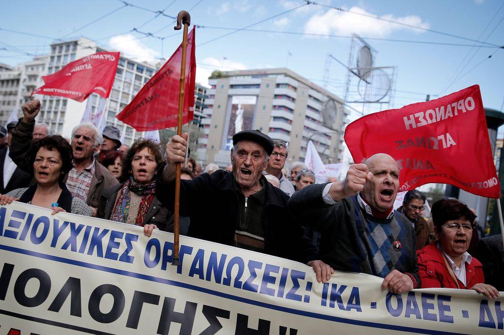 Foto: Pensionistas durante una protesta contra los recortes en las pensiones aplicados por Tsipras, en Atenas. (Reuters)
