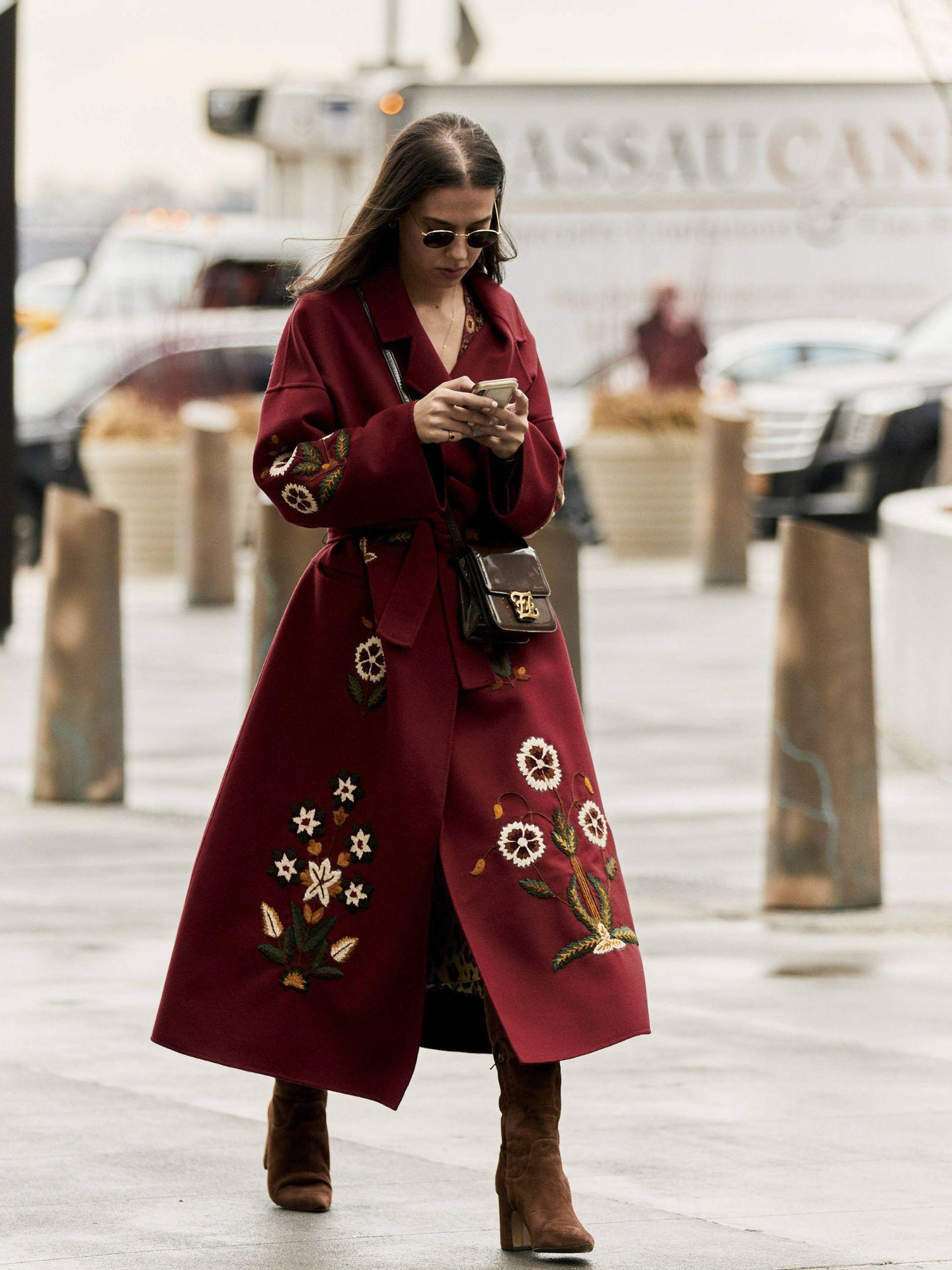 Una prescriptora con un abrigo bordado. (Imaxtree)
