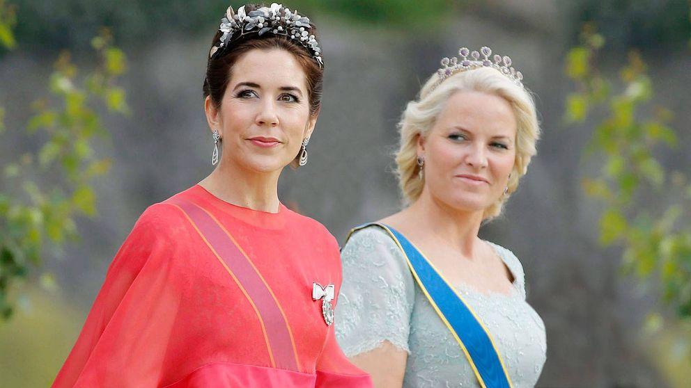Así versiona (y mejora) Mary de Dinamarca los looks de Mette-Marit