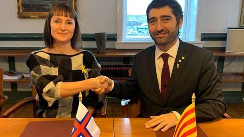 La ministra de Finanzas y digitalización de Feroe, Kristina Háfoss, con el lazo amarillo junto a Puigneró