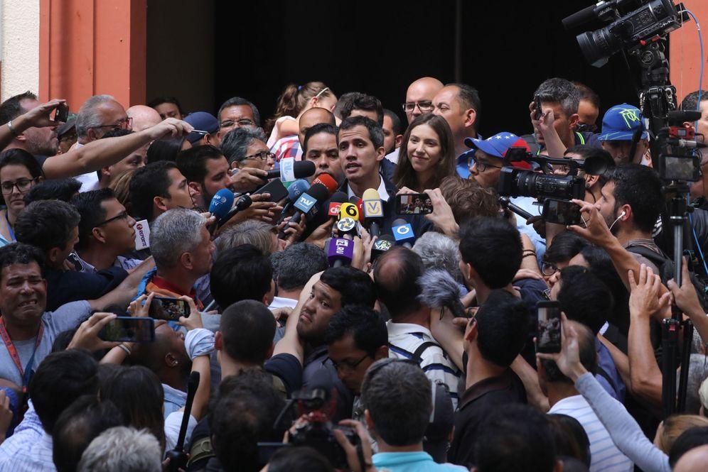 Foto: El presidente de la Asamblea Nacional de Venezuela y autoproclamado presidente interino del país, Juan Guaidó (c), habla con los medios de comunicación. (EFE)