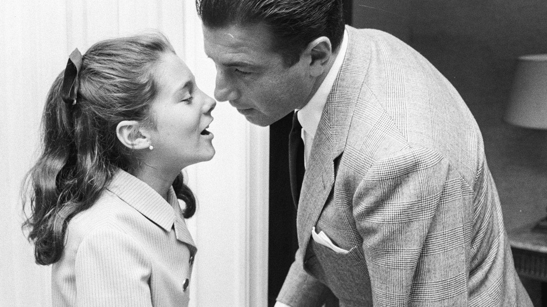 Carmina, besando a su padre. (Getty)