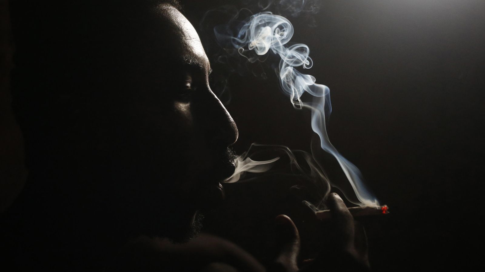 Foto: Un heroinómano fuma en Lamu (Kenia) en noviembre de 2014. (Reuters/Goran Tomasevic)
