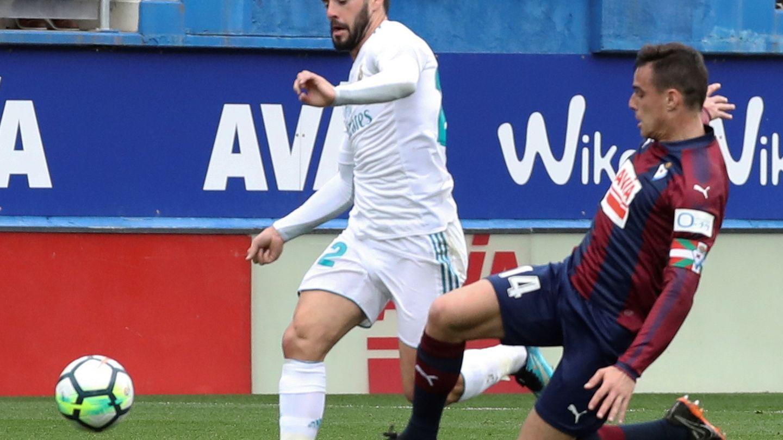 Isco, en una acción durante el partido contra el Eibar. (EFE)