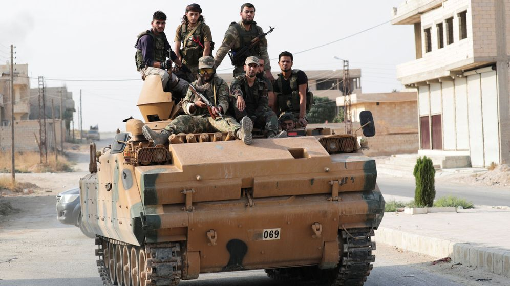 Foto: Rebeldes sirios apoyados por Turquía patruyan la ciudad de Tal Abyad. (Reuters)