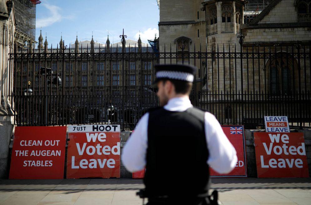 Foto: Carteles a favor del Brexit a las puertas del Parlamento británico, en Londres. (Reuters)