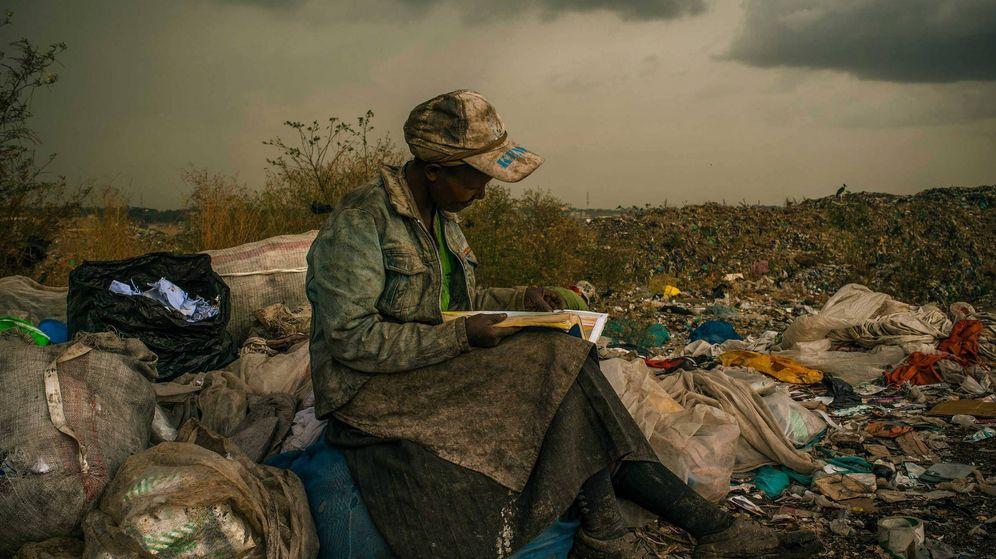 Foto: Una mujer lee un libro en un vertedero de Nairobi en la foto tomada por Micah Albert que ganó el World Press Photo de 2013. (EFE)