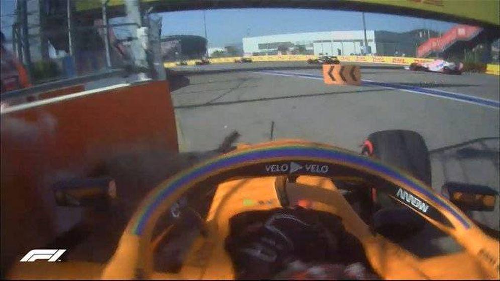 Foto: Sainz no pudo pasar de la segunda curva cuando intentaba volver a la pista. (Formula 1)