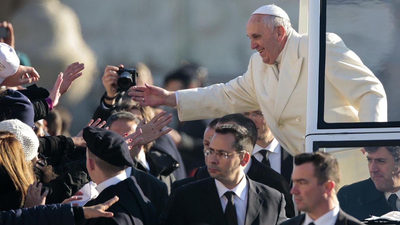 El Papa saluda a los creyentes congregados en la Plaza de San Pedro (Reuters).