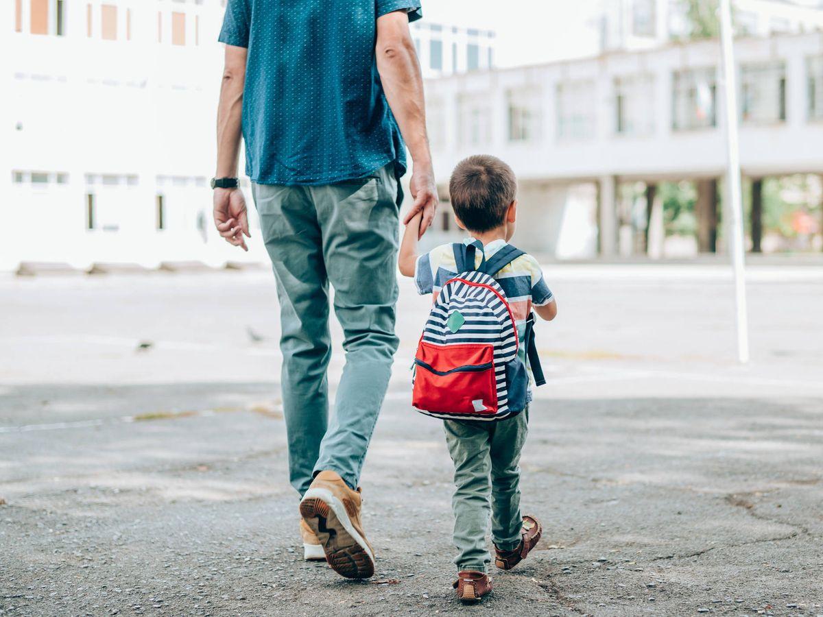 Foto: Un padre lleva a su hijo al colegio. (Istock)