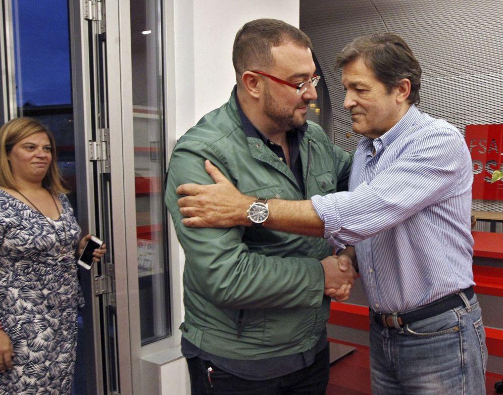 Foto: Adrián Barbón es felicitado por Javier Fernández este 17 de septiembre en presencia de la dirigente Gimena Llamedo. (EFE)