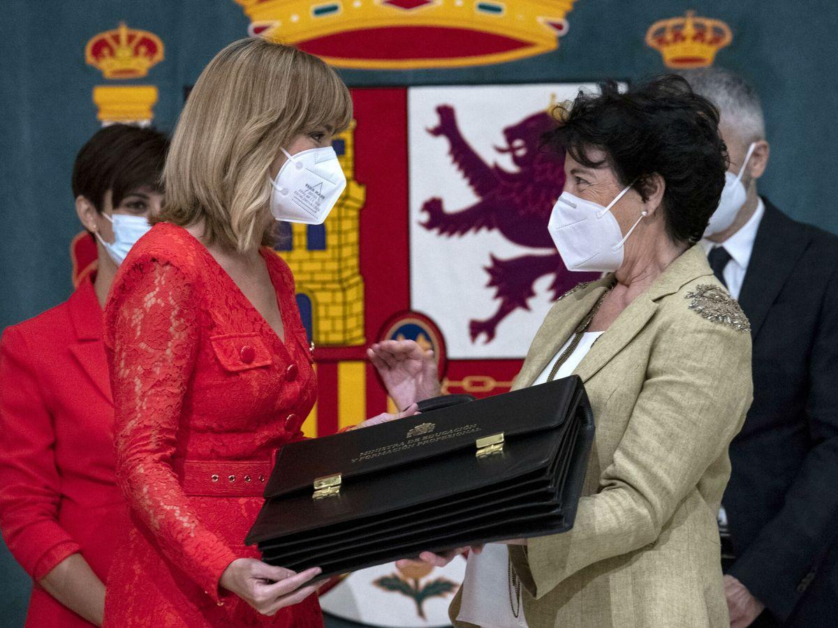 Foto: La ministra de Educación, Pilar Alegría, y su antecesora Isabel Celaá. (Reuters)