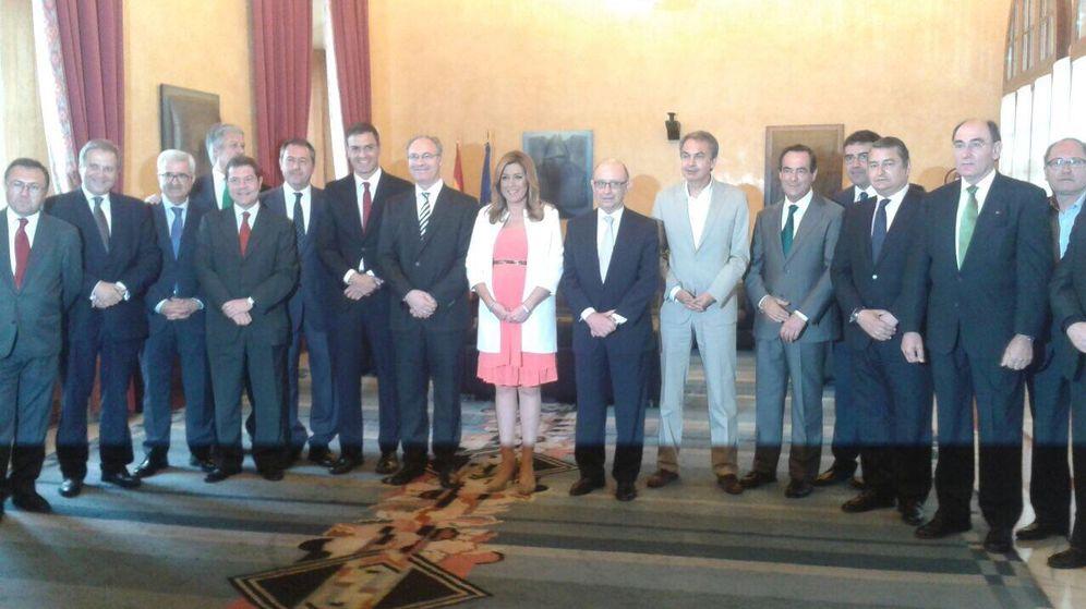 Foto: Susana Díaz, presidenta de la Junta de Andalucía, rodeada de varios políticos y empresarios. (EFE)