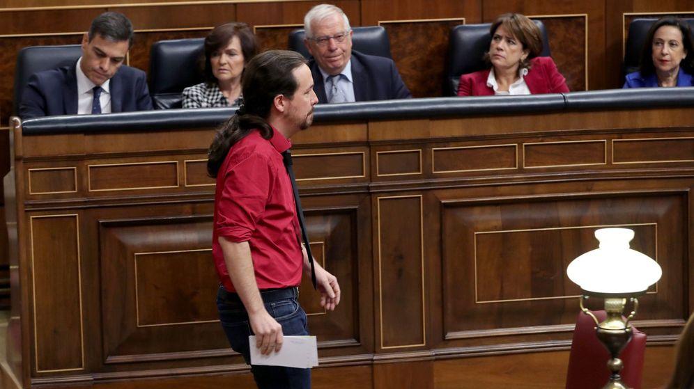 Foto: El líder de Podemos, Pablo Iglesias, pasa frente a Pedro Sánchez tras una intervención en el pleno del Congreso de la pasada legislatura. (EFE)