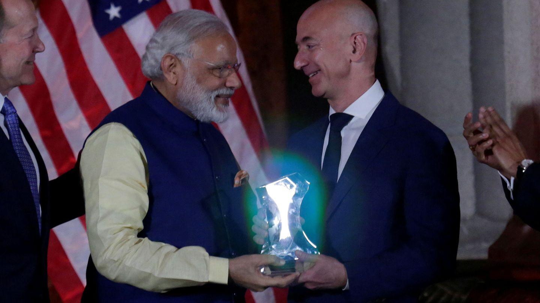 Bezos junto al primer ministro de la India Narendra Modi, en 2016. (Reuters)