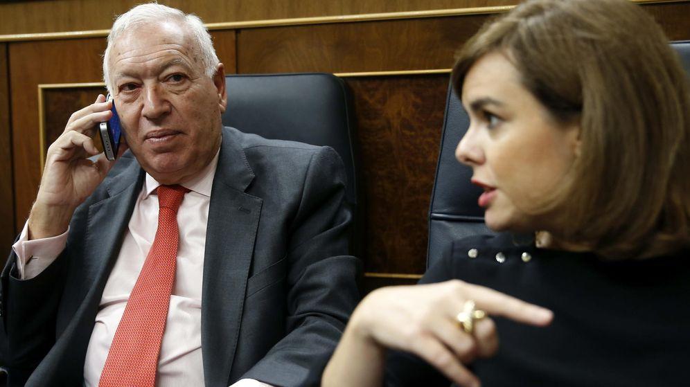 Foto: El ministro de asuntos Exteriores, José Manuel García-Margallo, junto a la vicepresidenta primera del Gobierno, Soraya Sáenz de Santamaría. (Efe)