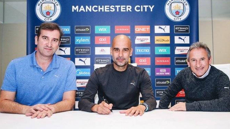 Pep Guardiola, entre Ferran Soriano y Txiki Begiristain, firma su renovación con el Manchester City