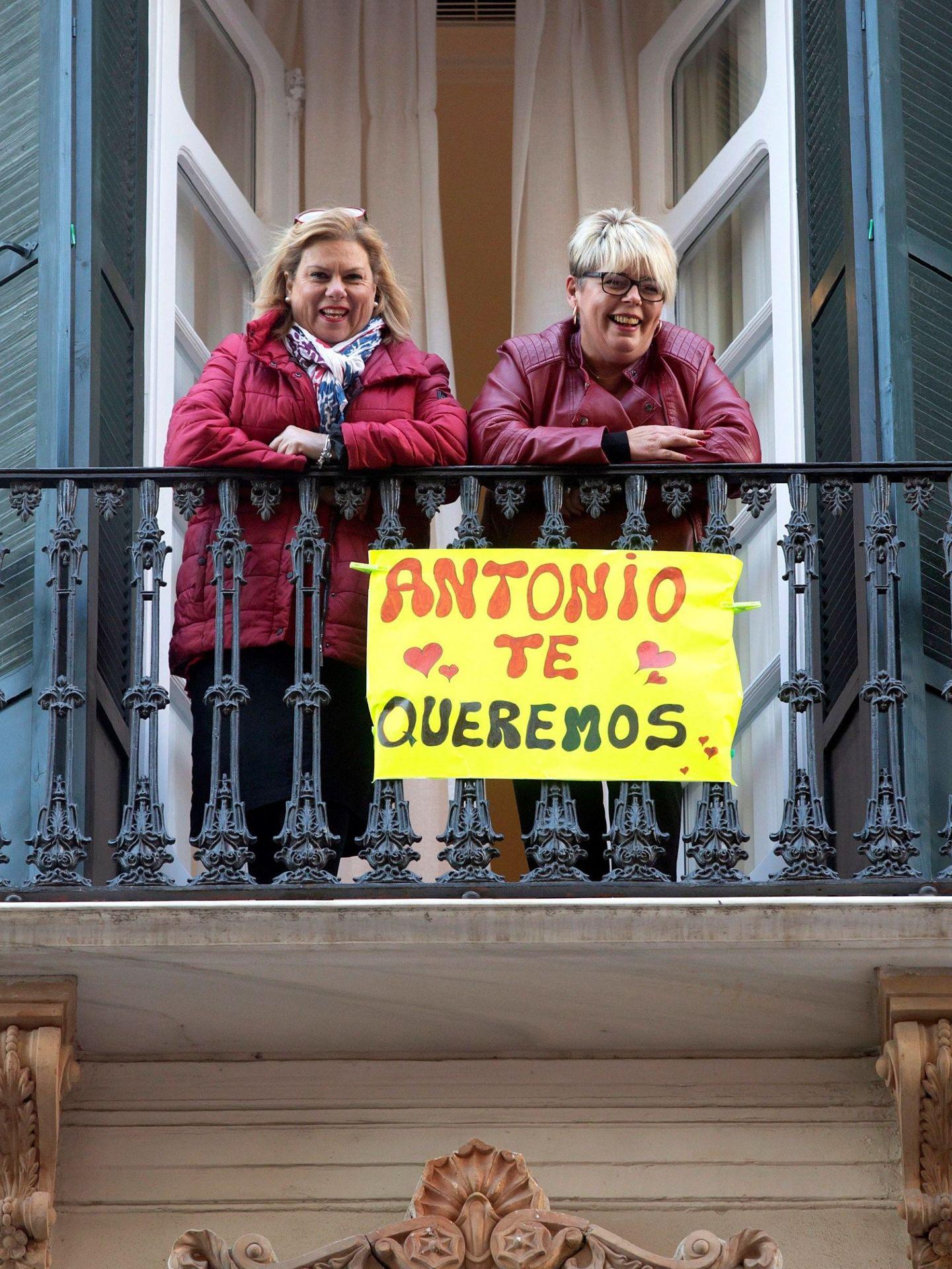 Dos vecinas saludan desde un balcón al actor Antonio Banderas mientras posa antes del pase del musical 'A Chorus Line'. (EFE)